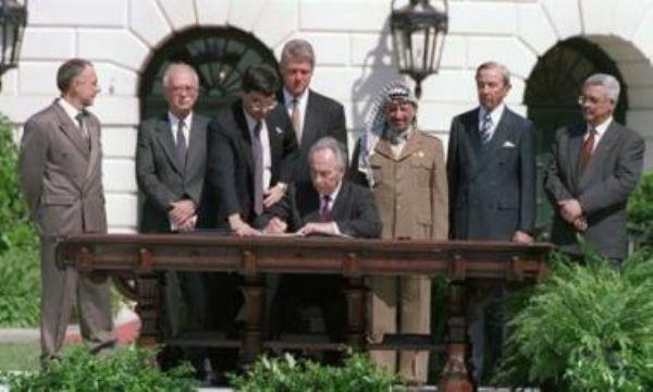 Firma de Oslo I en los jardínes de la Casa Blanca.